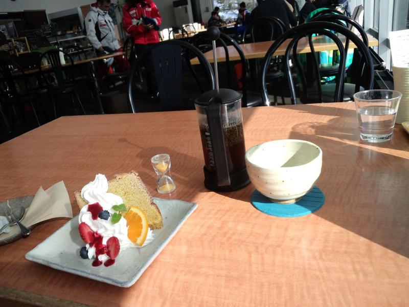 中腹のカフェ TOP'S 360°でシフォンケーキをば。コーヒーはプレス式のレギュラーで供される
